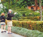 Pese a la lluvia que cayó hoy en La Fortuna, algunos visitantes europeos salieron a recorrer  la ciudad. Turismo, Turistas